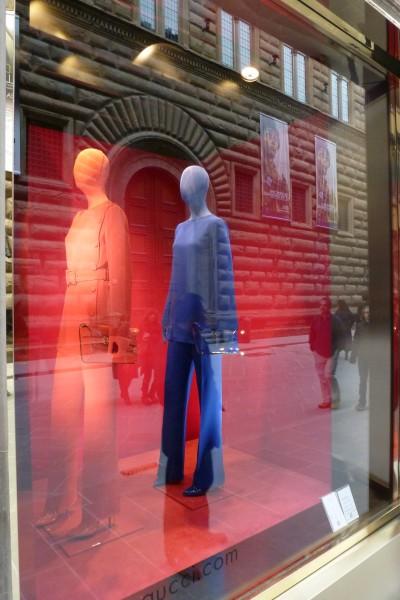 74-via-tornabuoni-nella-vetrina-di-gucci-si-riflette-palazzo-strozzi-manichini-e-borse