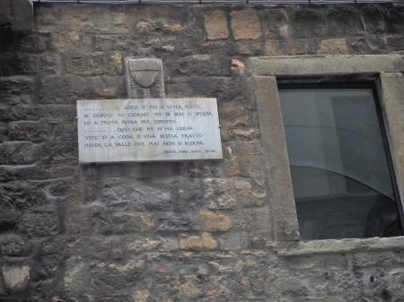 15-la-lapide-sulla-torre-dei-donati-in-via-del-corso-dedicata-a-corso-donati