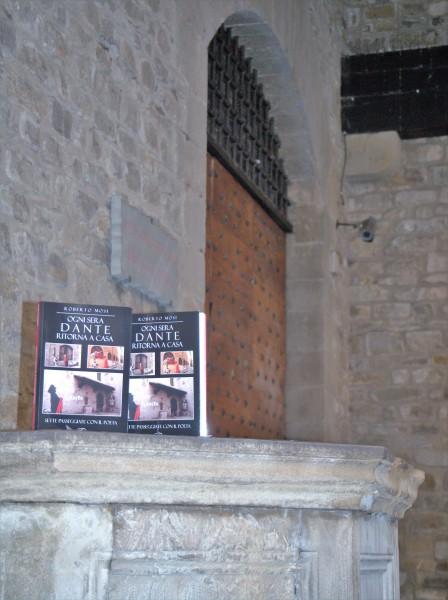 21-il-libro-sul-pozzo-davanti-al-circolo-casa-di-dante
