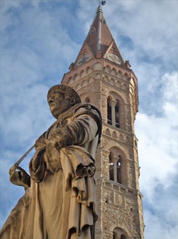 28-la-statua-del-marchese-ugo-che-si-staglia-sul-campanile-della-badia-fiorentina