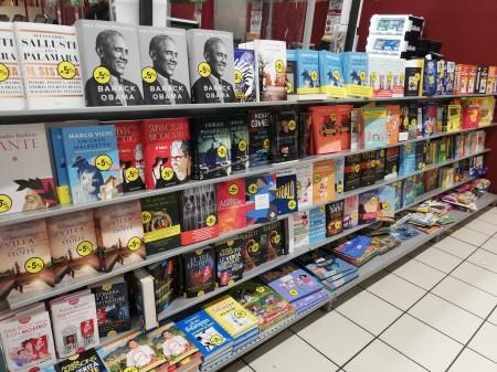 42-lo-scaffale-dei-libri-al-supermercato-con-il-dantedi-barbero-in-prima-fila
